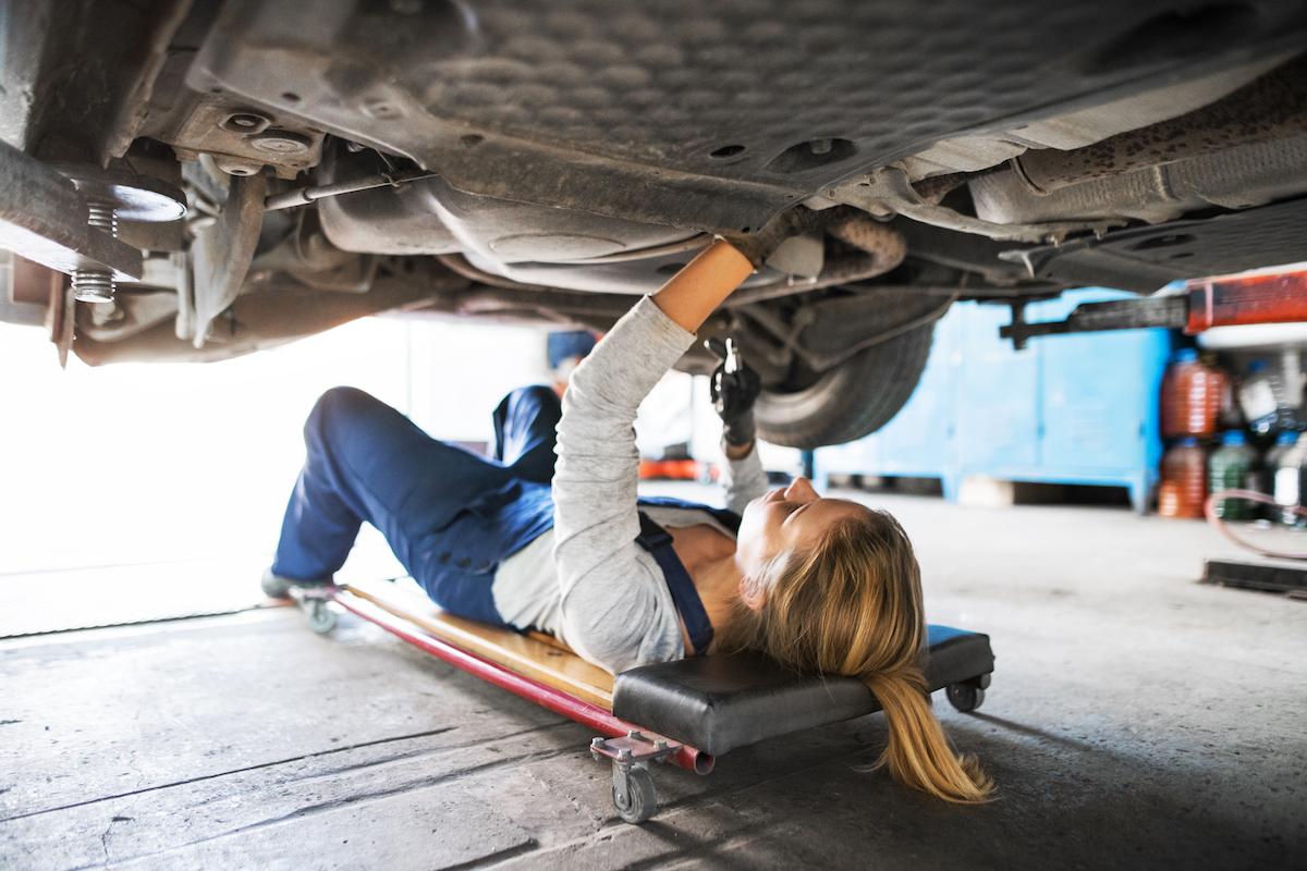 Mécanicien sous une voiture