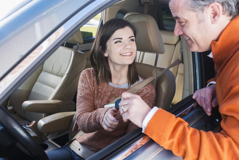 Adolescente, obtenir les clés de la voiture