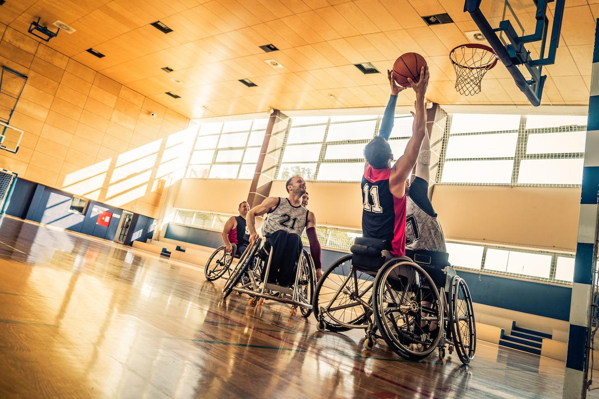Joueurs de basket-ball en fauteuil roulant