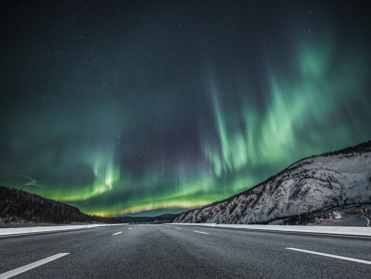 Route avec aurores boréales