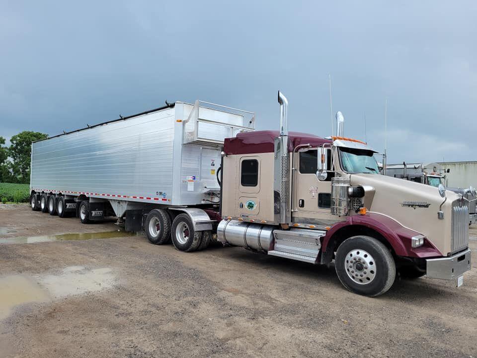 Un camion de Frew Farms tirant une remorque Titan